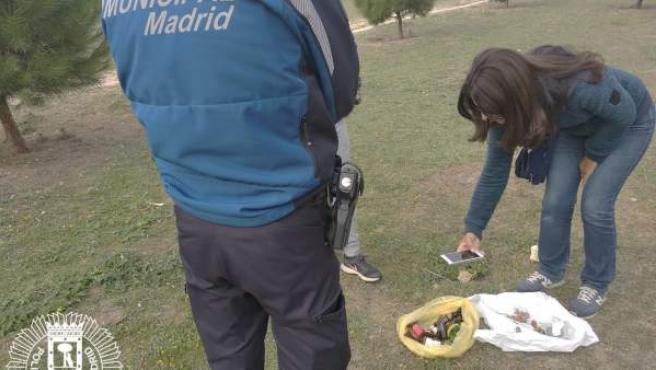 La Policía de Madrid retira tozos de salchichas con alfileres y cristales en Barajas.