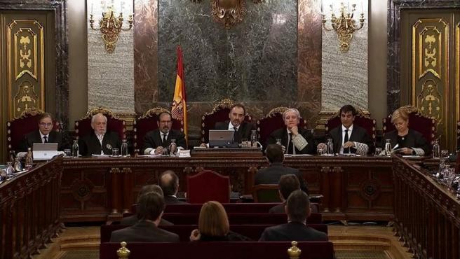 Imagen capturada de la señal institucional del Tribunal Supremo, del comisario de los Mossos d'Esquadra Ferran López (cd, de espaldas).