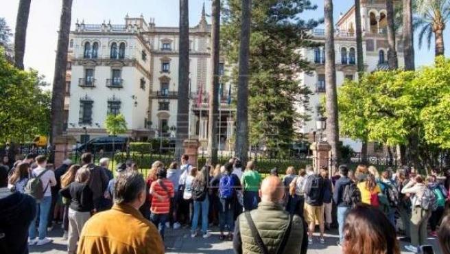 Un numeroso grupo de personas espera la salida de Barack Obama del hotel Alfonso XII, esta tarde en Sevilla.