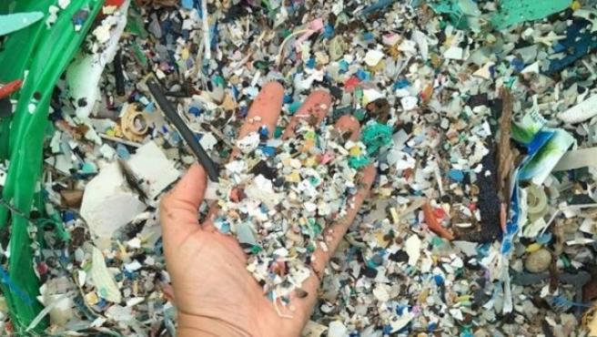 Imagen difundida de la llegada de plásticos a una playa de Tenerife.
