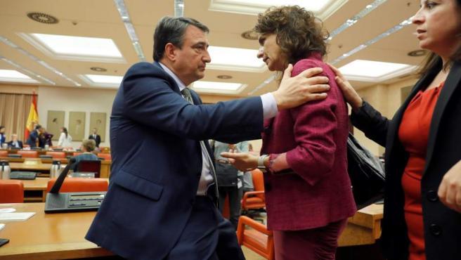 La ministra de Hacienda, María Jesús Montero, con el diputado del PNV Aitor Esteban.