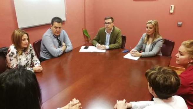 Sevilla.- Alcaldesa de Alcalá se reune con trabajadores afectados por el cierre