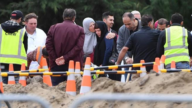Familiares, en el funeral de Linda Susan Armstrong durante el noveno funeral de las 50 víctimas del atentado de Christchurch (Nueva Zelanda).