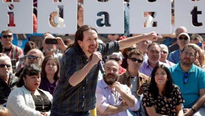 El secretario general de Podemos y candidato de Unidas Podemos a la presidencia del Gobierno, Pablo Iglesias, durante su participación este sábado en un acto celebrado en la Plaza del Castillo de Pamplona.