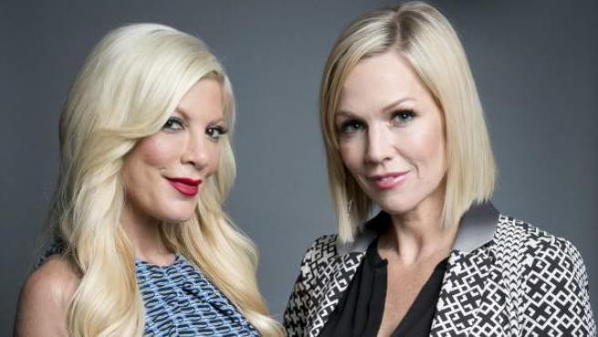 Tori Spelling y Jennie Garth, este 2014, promocionando la serie que coprotagonizaron Mystery Girls.