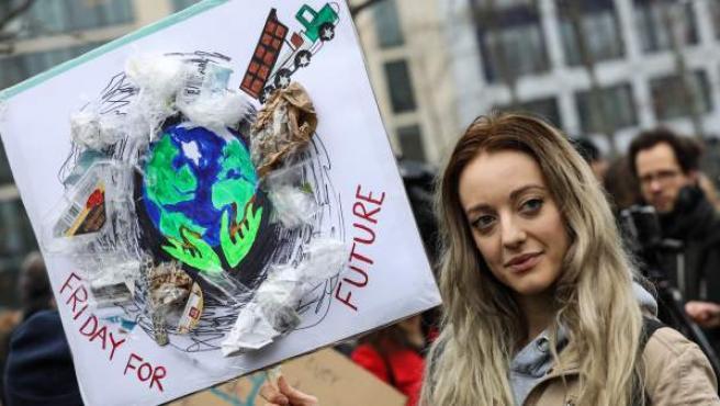 Una estudiante de secundaria participa en una protesta de 'Viernes por el futuro' en Berlín (Alemania).