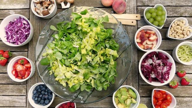 Y la recomendación es extensible a cualquier fruta o verdura. Sí, comer ensaladas es muy sano, pero no en un aeropuerto. Al no estar cocinadas hay más riesgo de que hayan perdido su frescura o incluso que tengan algún tipo de bacteria, por lo que es una de las comidas a evitar.