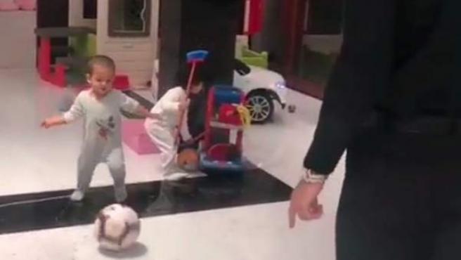 La estrella de la Juventus juega con su hijo Mateo.