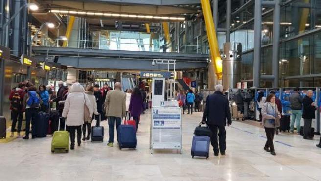 Pasajeros en el interior de la terminal 4 del Aeropuerto Adolfo Suárez Madrid-Barajas.