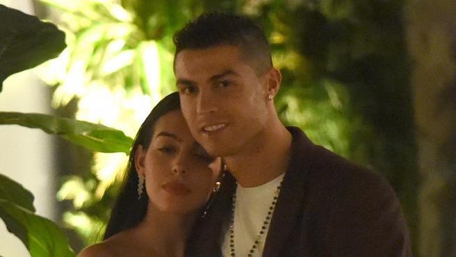Georgina Rodríguez y Cristiano Ronaldo, durante una cena en familia en Londres.