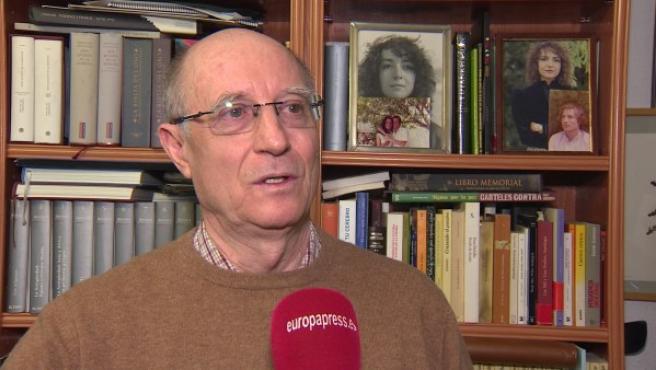 Ángel Hernández durante una entrevista.