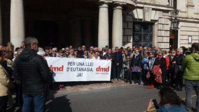 Una concentración en València reclama legalizar la eutanasia: 'Ayudar a morir po