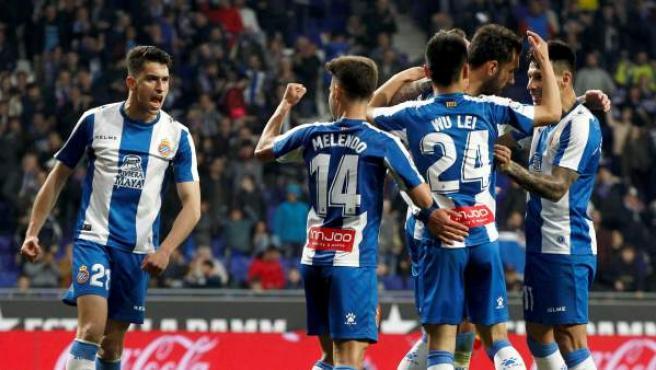 Los jugadores del Espanyol celebran el gol de Darder en Montilivi.
