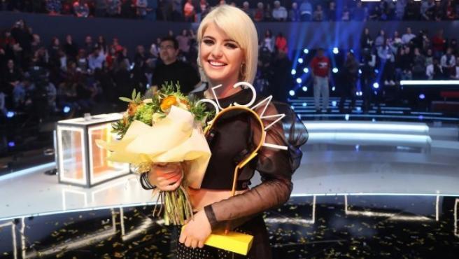 Alba Reche con el trofeo de 'La mejor canción jamás cantada' tras la gala.
