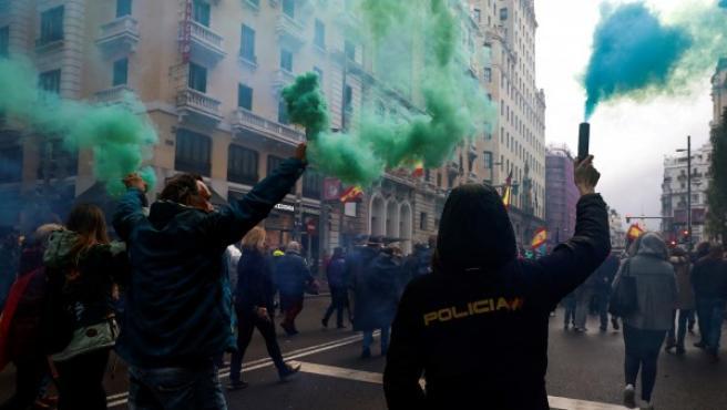 Los manifestantes han encendido bengalas de colores durante la marcha.