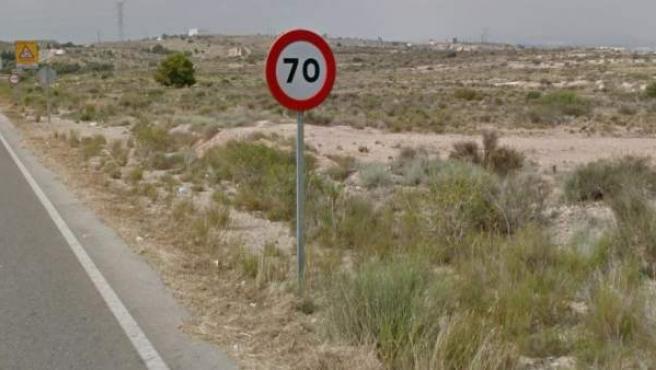 Señal de velocidad máxima 70 km/h en una carretera.