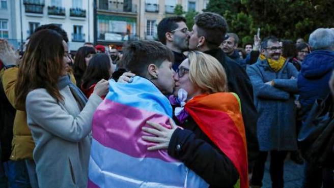 Concentración en protesta contra los cursos para 'curar' la homoxesualidad del Obispado de Alcalá de Henares.