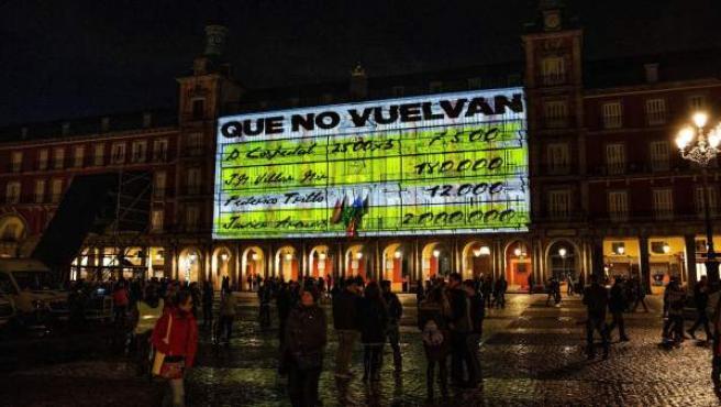 La fachada de la Casa de la Panadería de la Plaza Mayor de Madrid se ha iluminado esta noche con imágenes de gran formato de los conocidos como 'papeles de Bárcenas'.
