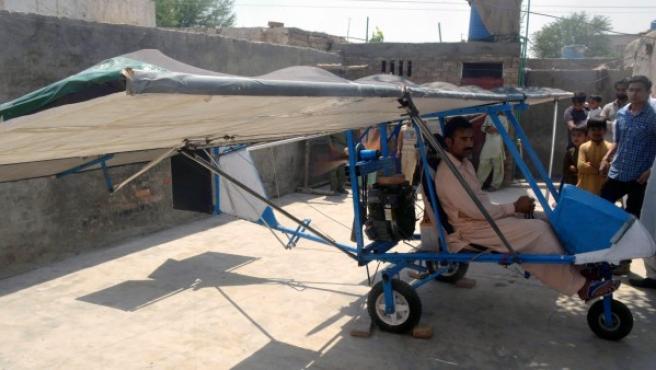 Muhammed Fayaz monta su pequeño avión casero en el patio de su casa.