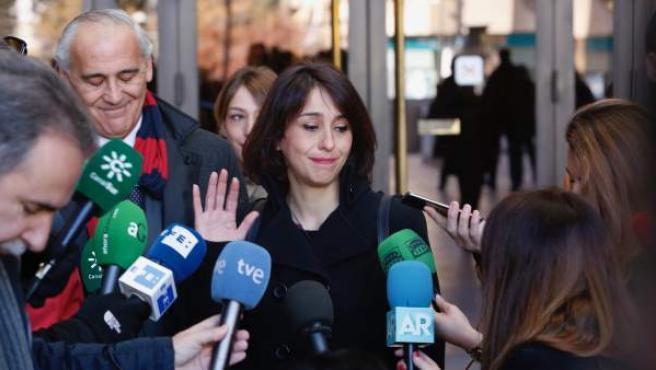 Juana Rivas atiende a los medios a su salida del juzgado.