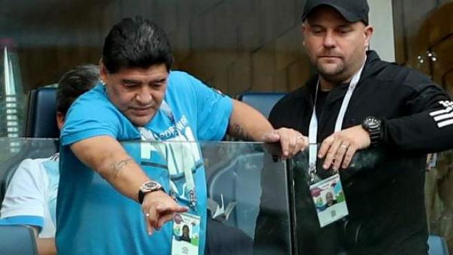 Diego Maradona, en el palco del estadio de San Petersburgo viendo el Nigeria-Argentina.