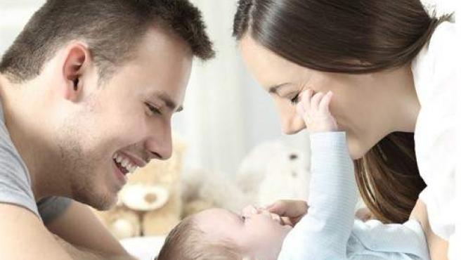 Imagen de archivo de un pareja con un bebé.