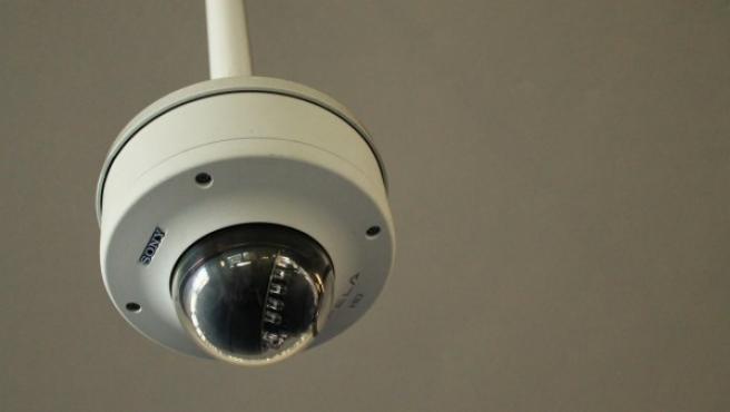Una cámara situada en el techo.