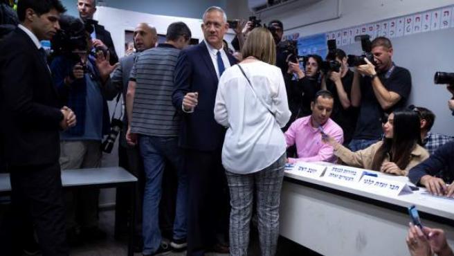 Beni Gantz, líder de la plataforma centrista Azul y Blanco, vota en las elecciones generales.