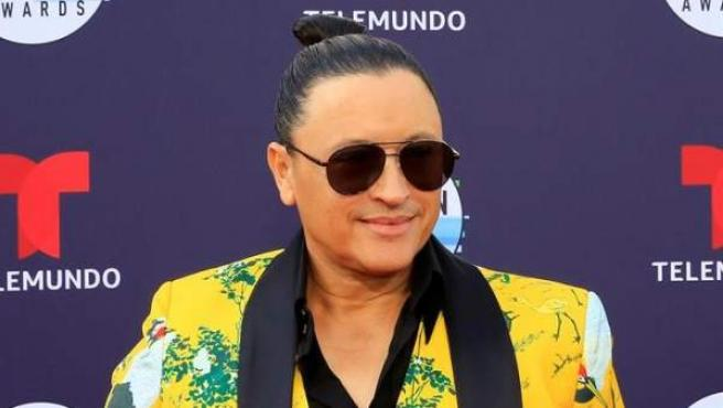 El cantante estadounidense de merengue Elvis Crespo posa en la alfombra roja de la cuarta edición de los Latin American Music Awards (Latin AMAs).