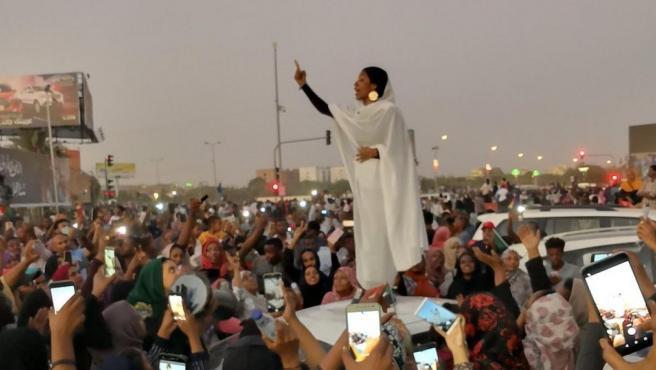 El símbolo de la revolución en Sudán, Ala'a Salah, una joven de 22 años vestida con ropa tradicional sudanesa.