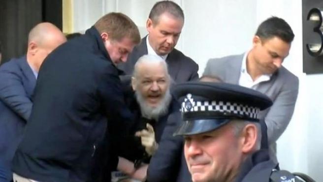 Julian Assange es sacado en volandas de la Embajada de Ecuador en Londres, tras ser detenido por la policía.
