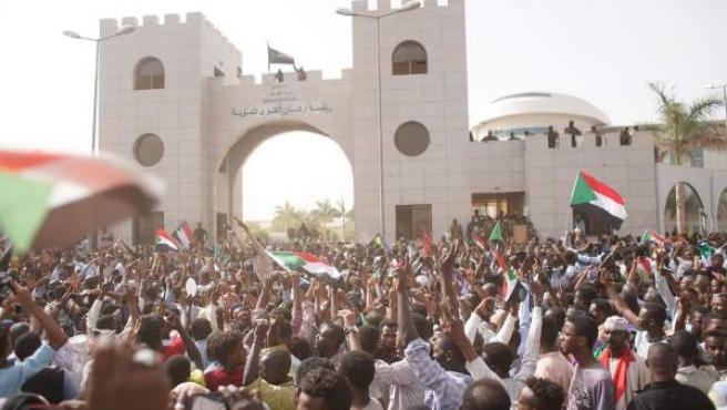 Varios activistas corean consignas a las puertas del cuartel general del Ejército sudanés.