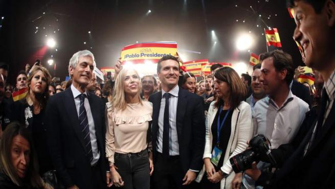 El candidato del Partido Popular a la presidencia del Gobierno, Pablo Casado (c), acompañado por su esposa (3i), y Adolfo Suárez Illana (2i), entre otros, en el acto de inicio de campaña electoral que los populares celebran esta noche en Madrid.