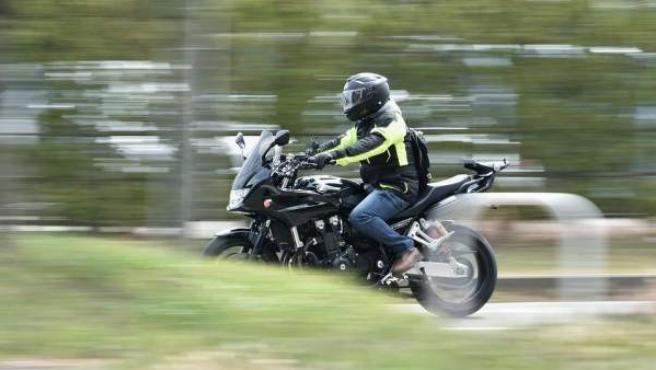 No llevar el casco está castigado con 200 euros de multa y tres puntos en el carné de conducir.