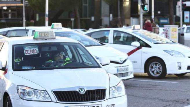 Taxistas circulando por las calles de Madrid.