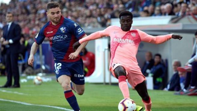 Galán, del Huesca, pelea un balón con Wagué, del Barcelona, en El Alcoraz.