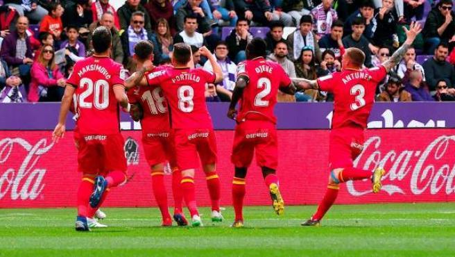 Los jugadores del Getafe CF celebran el golazo de Arambarri.