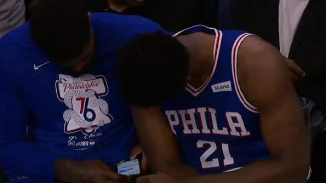 Amir Johnson consulta el móvil durante un partido de su equipo, Philadelphia 76ers.