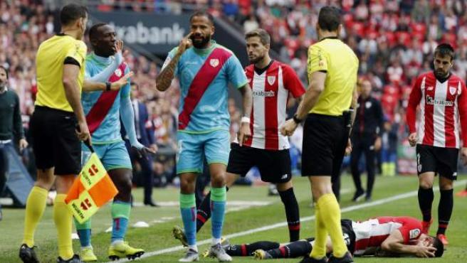 Los jugadores del Rayo Vallecano, protestando una decisión arbitral.