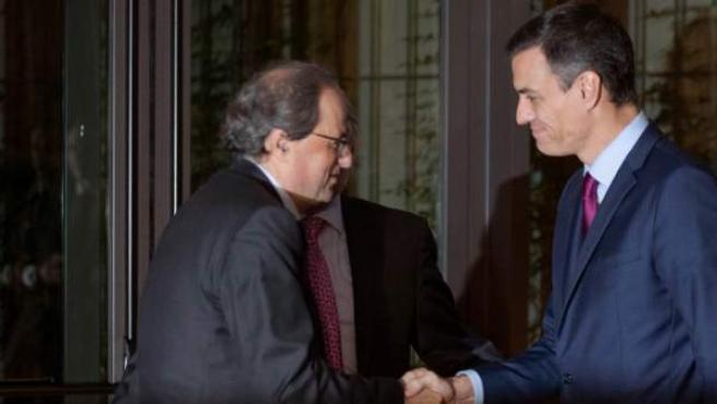 Quim Torra y Pedro Sánchez se saludan en Barcelona.