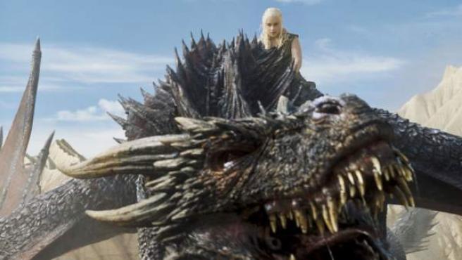 Daenerys y uno de sus dragones en una escena de 'Juego de tronos'