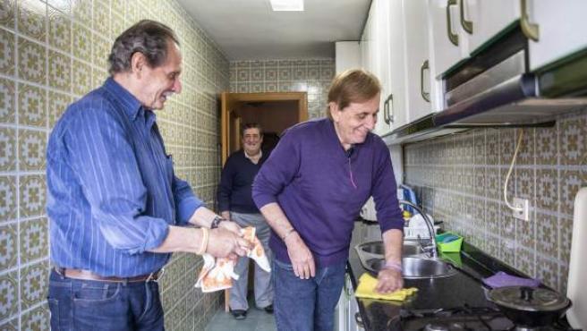 Isidro (i), Enrique (c) y Jorge (d), jubilados que comparten piso en Hogares Compartidos (Valencia).
