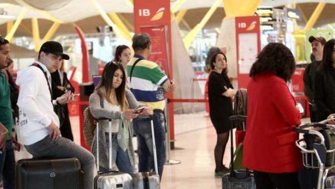 Pasajeros en el Aeropuerto Adolfo Suárez Barajas (Madrid) durante el 15/04/2019, en el que coinciden dos huelgas con la operación salida de la Semana Santa.