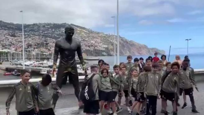 Los pequeños canteranos de la Juventus se reúnen en la estatua de CR7 en Madeira.