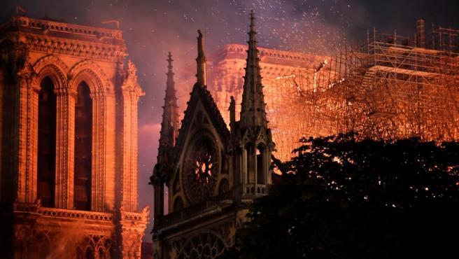 Vista general del incendio que consume el techo y el andamiaje de la catedral de Notre Dame, en París (Francia).