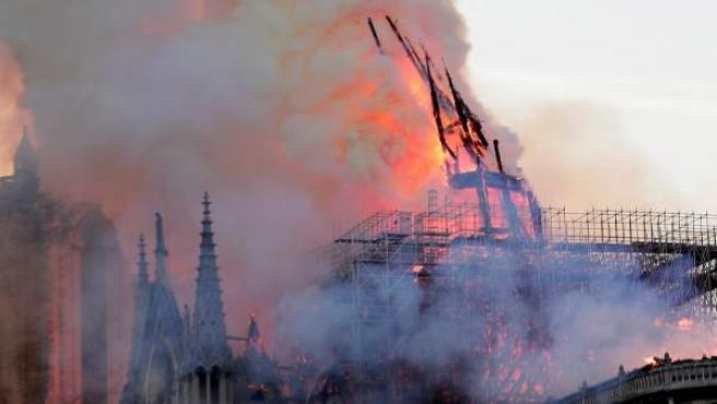 La aguja central de Notre-Dame se derrumba a causa de las llamas.