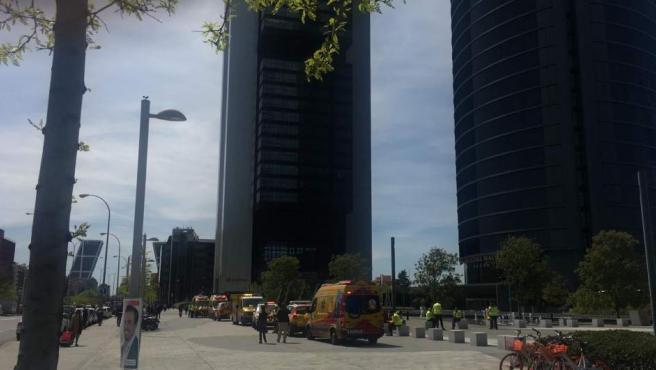 Imagen del desalojo de la Torre Espacio de Madrid.