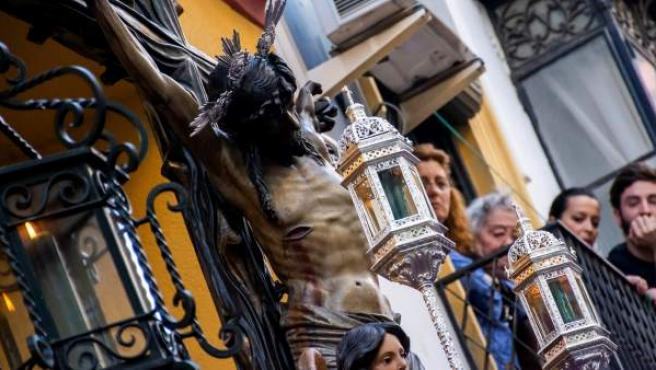 Imagen del Cristo de La Vera de Cruz de Sevilla, a su salida del templo el pasado Lunes Santo.