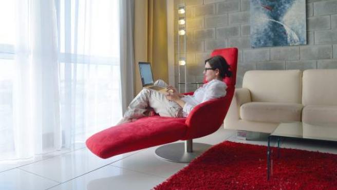 Una mujer, usando su ordenador portátil.
