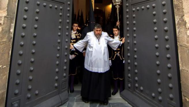 La cruz de Guía de la Hermandad de Las Penas en el Templo al comienzo de su estación de penitencia, en Sevilla.